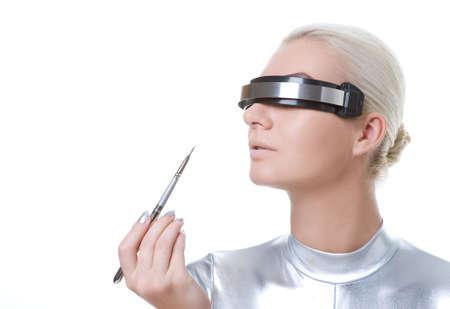 concealer: cyber bella donna applicando rossetto utilizzando il labbro concealer brush        Archivio Fotografico