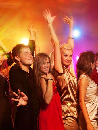 night club: Personas bailando en el club nocturno