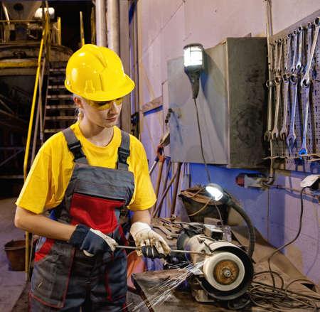asamblea: Herramientas de afilado de trabajadora de f�brica