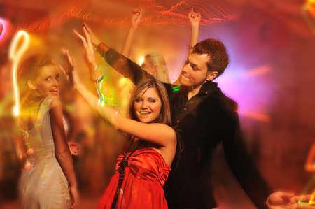 Gens dansant dans le club de nuit