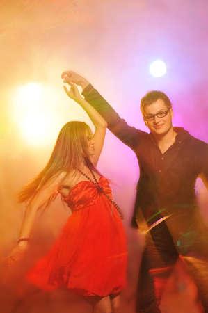 night club:  Joven pareja de baile en el club de noche