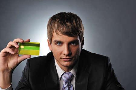 tarjeta visa: Tarjeta de cr�dito de explotaci�n de hombre guapo Foto de archivo
