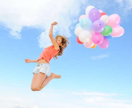 Ragazza felice con palloncini colorati