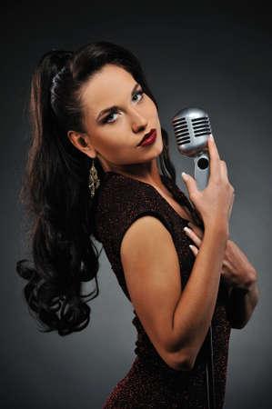 personas cantando:  Hermosa mujer Morena cantando