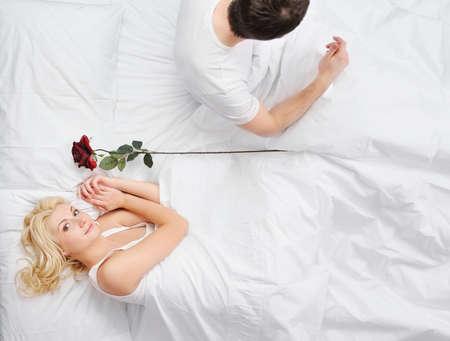 enamorados en la cama: Pareja en Luna de miel