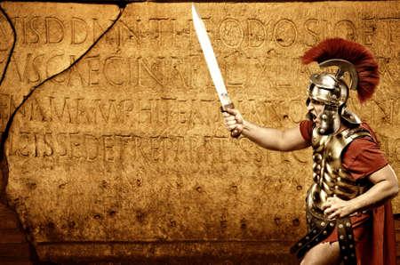 soldati romani: Soldato legionario romano davanti alla parete astratta Archivio Fotografico