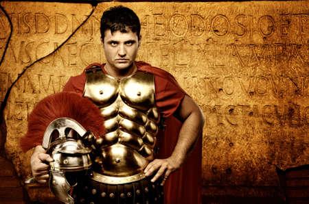cascos romanos: Soldado legionario en frente de la muralla romana Foto de archivo
