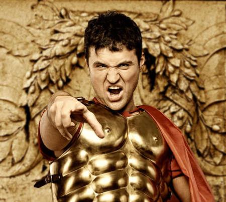 powerpoint: Soldado legionario romano en frente de la pared abstracto   Foto de archivo