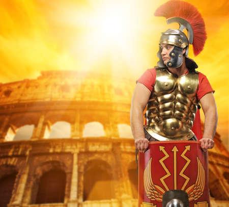 soldati romani: Soldato legionario romano davanti al Colosseo  Archivio Fotografico