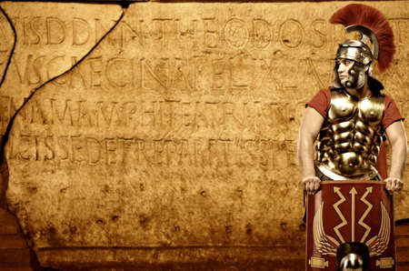 cascos romanos: Soldado legionario romano en frente de la pared abstracto Foto de archivo