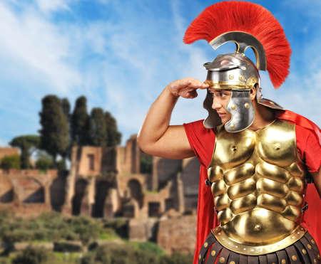 soldati romani: Legionario romano soldato di fronte la vecchia citt� di Roma  Archivio Fotografico