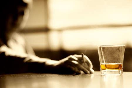 whisky: Homme de fumer avec un verre de whisky et porte-cigares