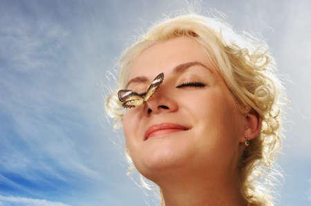 nose: Bella farfalla seduta su un naso di donna