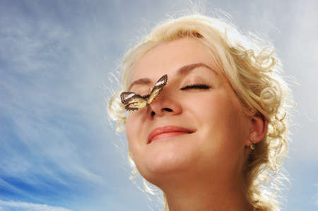 nosa: PiÄ™kne Motyl siedzi na nos kobieta