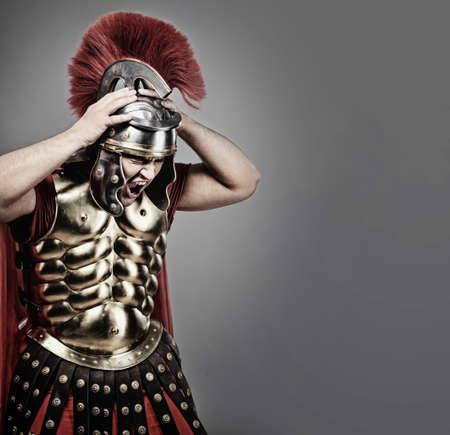cascos romanos: Gritando a soldado legionaria Foto de archivo