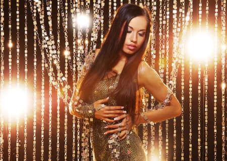 night club: Atractiva mujer Morena en el club nocturno