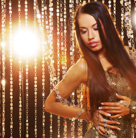 labbra sensuali: Donna bruna attraente nel night club