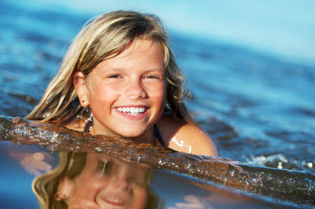 swim: Niña feliz en el agua