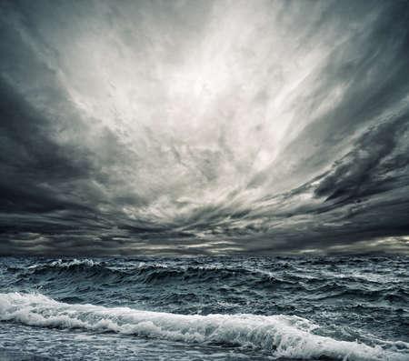 Ola de gran océano rompiendo la orilla
