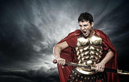 spartano: Soldato legionario sopra cielo tempestoso