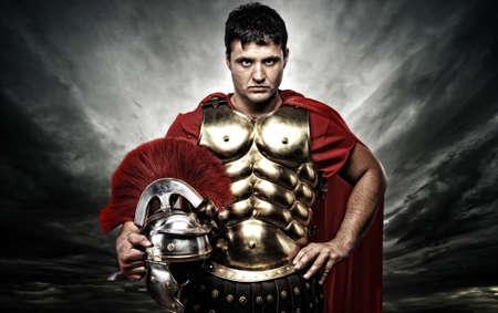 spartano: Soldato legionario romano sopra cielo tempestoso