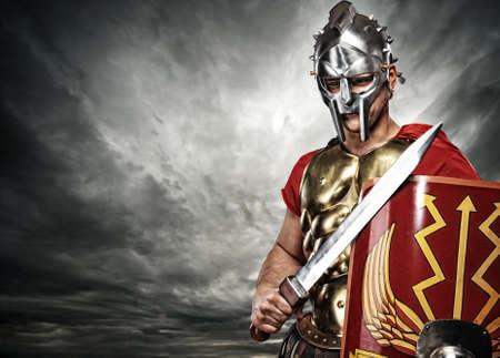romano: Soldado legionario en el cielo tormentoso Foto de archivo