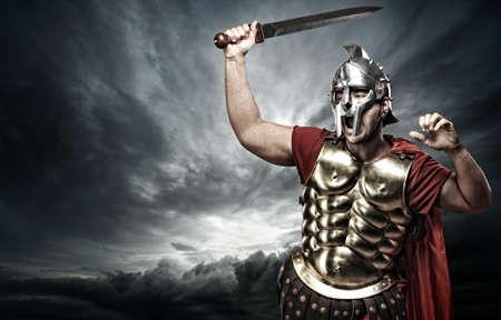 guerrero: Soldado legionario en el cielo tormentoso Foto de archivo