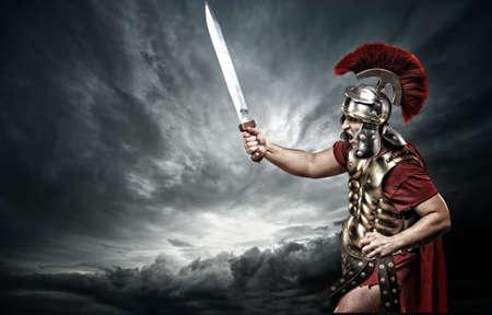 cascos romanos: Soldado legionario en el cielo tormentoso Foto de archivo