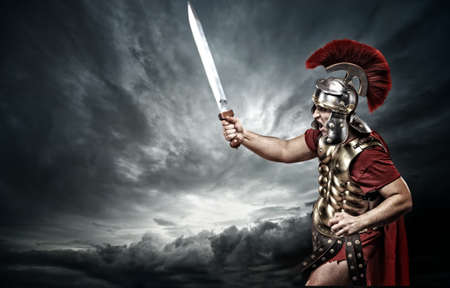 soldati romani: Soldato legionario sopra cielo tempestoso