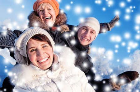 ropa de invierno: Amigos felices sobre un fondo de invierno