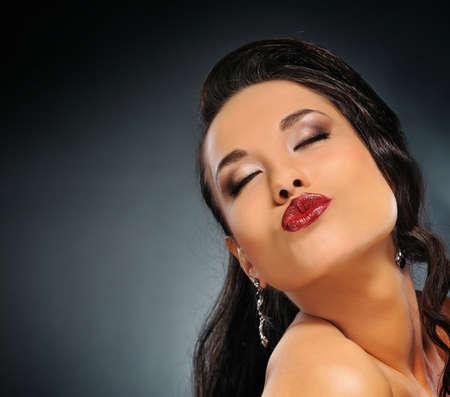 kiss lips: Retrato de una hermosa morena