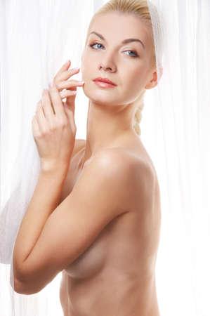 cortinas blancas: Hermosa mujer rubia cerca de cortinas blancas