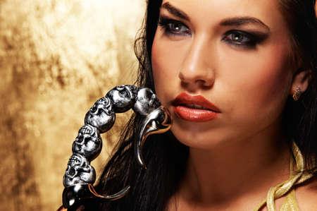 scorpion: Close-up portrait d'une jolie femme brune