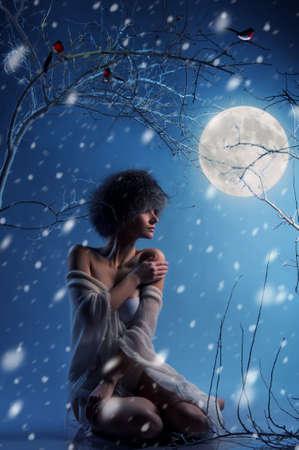the moonlight: Mujer atractiva en el bosque de invierno Foto de archivo