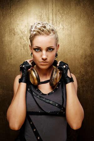 audifonos: Retrato de una chica punk de vapor atractivo con auriculares
