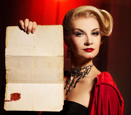 aristocrático: Dama atractiva con un ancinet dokument