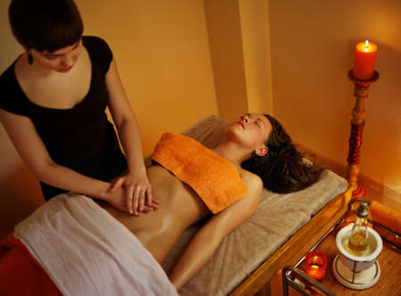 vientre femenino: Hermosa mujer tener un masaje