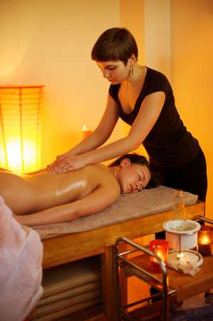 massage oil: Belle femme ayant un massage Banque d'images