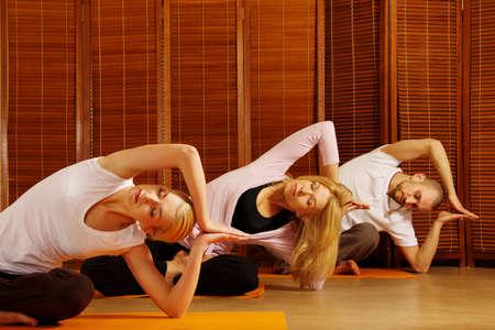 disciplina: Grupo de personas que hacen ejercicio de yoga Foto de archivo