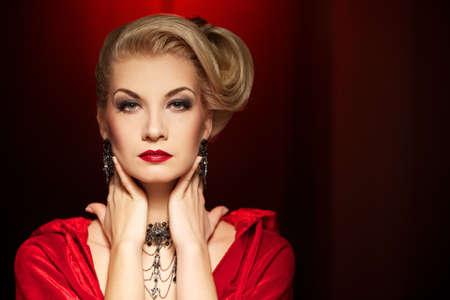 rijke vrouw: Aantrekkelijke blonde dame Stockfoto