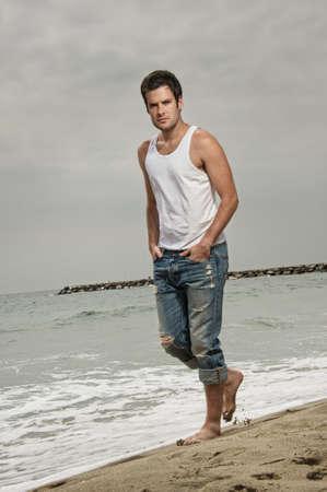 beau jeune homme: Bel homme marcher sur la plage.