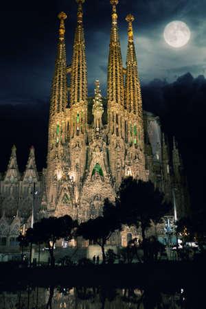 barcelone:  La Sagrada Familia-cath�drale con�ue par Gaudi pendant la nuit. Barcelone, Espagne. �ditoriale