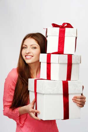 bow hair: Hermosa mujer morena con un cajas de regalo