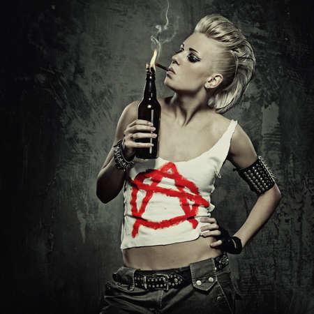 punk: Jeune fille punk de fumer une cigarette.