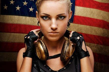 punk: La vapeur fille punk contre le drapeau am�ricain. Banque d'images