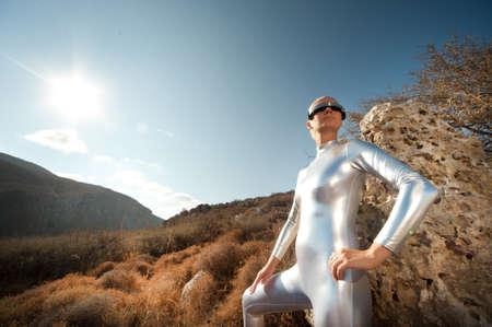 and future vision: Mujer de Cyber en una montaña. Foto de archivo