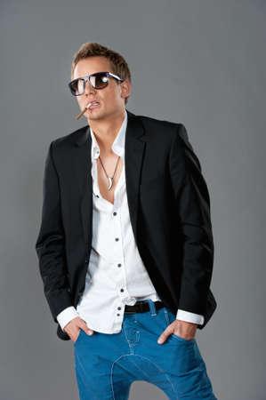 malos habitos: Hombre elegante con cigarrillos.