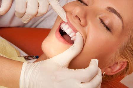 femme bouche ouverte: Chez le dentiste de close-up.