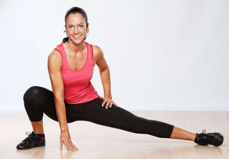 haciendo ejercicio: Mujer bella atleta haciendo ejercicio de gimnasio.