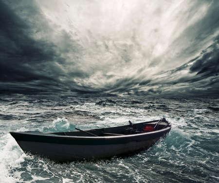 cielo tormenta: Bote abandonado en el mar tormentoso